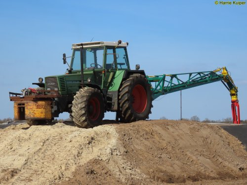 Foto van een Fendt 615 van landbouw bedrijf Buijs E.compascuum aan het mest mixen.. Geplaatst door oldtimergek op 25-04-2020 om 10:15:10, met 2 reacties.