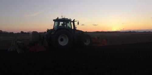Foto van een Fendt 820 bezig met Witlof ruggetjes trekken.. Geplaatst door inter fan op 25-04-2020 om 23:54:59, op TractorFan.nl - de nummer 1 tractor foto website.