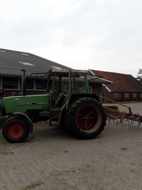 Land zaaiklaar maken voor de mais. Geplaatst door Bekkink op 28-04-2020 om 14:10:37, op TractorFan.nl - de nummer 1 tractor foto website.
