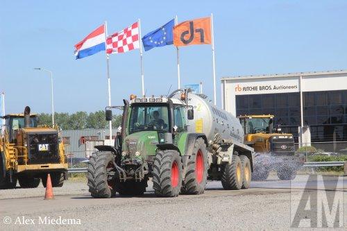 Foto van een Fendt   https://www.youtube.com/watch?v=pLqjXZjRWiI. Geplaatst door Alex Miedema op 02-05-2020 om 15:19:33, op TractorFan.nl - de nummer 1 tractor foto website.