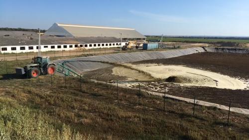 Mooi spelen met de 824 voor de mestpomp in 2019, bassin mixen voordat de sleepslang zou komen. Als het bassin vol zit moet er 40.000m3 in kunnen. Dit is de eerste drijfmest, voorheen allemaal dichte vloeren en werd het samen met stro uit de boxen uitgereden met de mestverspreiders.