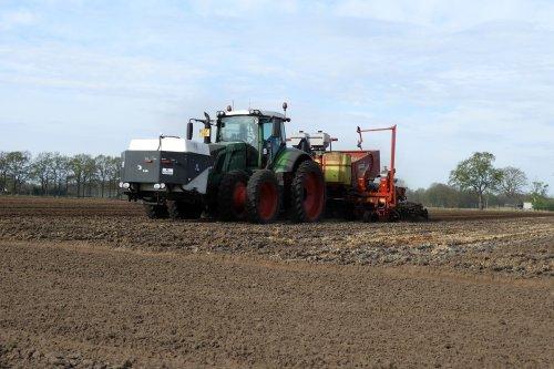 Aardappels poten door Striper akkerbouw  https://youtu.be/8Hbd-asuqSI. Geplaatst door pekkerietfan op 12-05-2020 om 13:59:01, op TractorFan.nl - de nummer 1 tractor foto website.