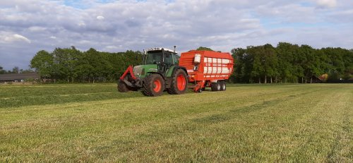 Foto van een Fendt 410 met Kemper opraapwagen. De eerste snede weg halen.. Geplaatst door martsnijders op 18-05-2020 om 09:44:49, op TractorFan.nl - de nummer 1 tractor foto website.