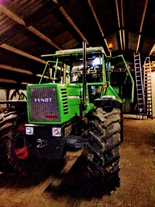 Foto van een Fendt 611  Bezig met een poetsbeurt te krijgen. Geplaatst door Lars Bekhuis op 24-05-2020 om 10:51:29, op TractorFan.nl - de nummer 1 tractor foto website.
