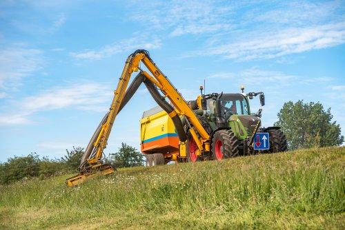 Op deze foto is De Jong Zuurmond (Beesd) × actief met een Fendt 718 SCR.. Geplaatst door deerefan op 30-05-2020 om 21:01:11, op TractorFan.nl - de nummer 1 tractor foto website.