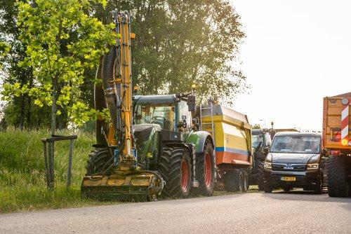 Foto van een Fendt 718 SCR van De Jong Zuurmond (Beesd) ×.. Geplaatst door deerefan op 01-06-2020 om 01:42:13, met 2 reacties.