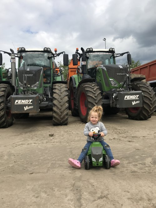 De dochter poserend voor onze 2 buffels....😍😍. Geplaatst door Gavrie Willemsen op 07-06-2020 om 16:20:28, met 8 reacties.