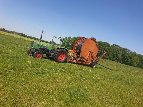 Foto van een Fendt Farmer 102S bezig met haspel verzetten👌. Geplaatst door Jurian311  op 21-07-2020 om 14:01:06, op TractorFan.nl - de nummer 1 tractor foto website.