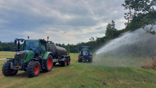 Foto van een Fendt 310 Vario bezig met beplanting water geven. Geplaatst door fendtje310 op 13-08-2020 om 20:09:26, met 4 reacties.