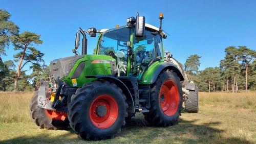 Foto van een Fendt 311 Vario bezig met zijn eerste klusje, even gauw poelen vullen voor het wild... Geplaatst door fendtje310 op 20-09-2020 om 20:21:14, op TractorFan.nl - de nummer 1 tractor foto website.