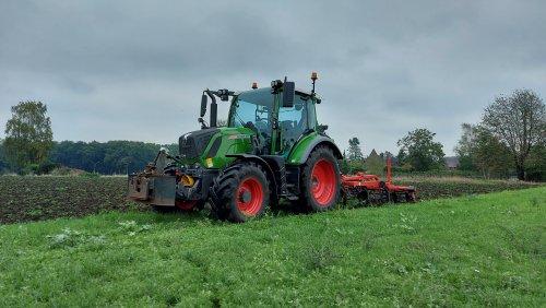Foto van een Fendt 311 Vario. Geplaatst door fendtje310 op 09-10-2020 om 20:28:32, op TractorFan.nl - de nummer 1 tractor foto website.