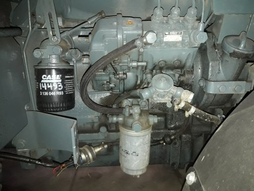 Foto van een Fendt 250 V. Motoroliepeil stijgt langzaam, ik denk zelf dat de keerring van de as van de brandstofpomp lek is. Ik kan geen andere mogelijkheden bedenken eigenlijk?.