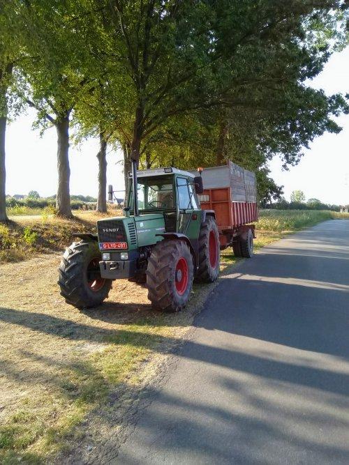 Foto van een Fendt 311 LSA bezig met wachten op de hakselaar om te gaan aanmaaien op dit perceel. Geplaatst door fendt716,311driver op 25-10-2020 om 12:10:13, op TractorFan.nl - de nummer 1 tractor foto website.