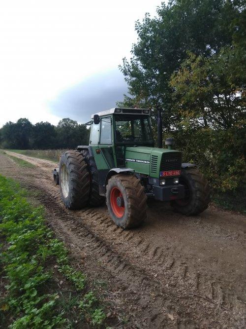 Foto van een Fendt 310 LS(A) bezig met Italiaans raaigras wellen met de dubbele wielen.. Geplaatst door fendt716,311driver op 25-10-2020 om 12:26:36, op TractorFan.nl - de nummer 1 tractor foto website.