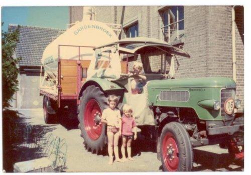 Foto van een Fendt Onbekend uit de oude doos mengvoer rond brengen met de fendt en bulk aanhanger in 1975.