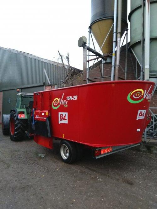 Foto van een Fendt 311 LSA met bvl 15 n 2 s mengwagen die aan het blinken zijn na een poetsbeurt 💦😀