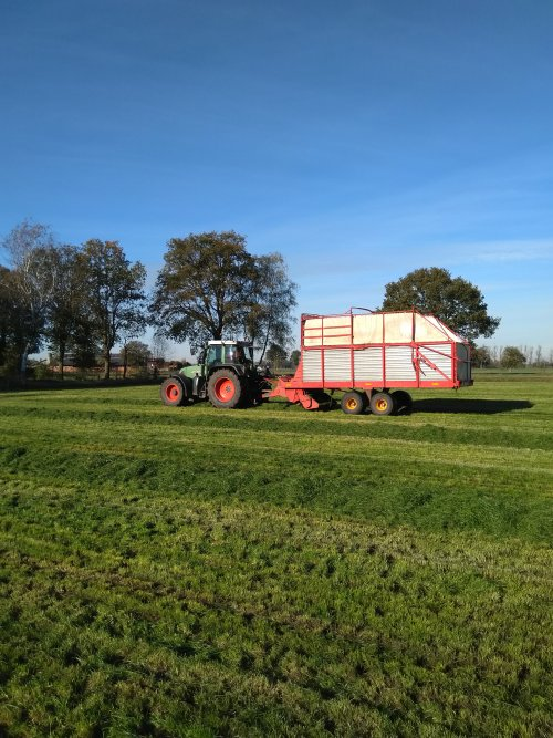 Foto van een Fendt 716 met een taarup 1030 bezig met de 4de en 5de snede binnen te halen. 💪👌. Geplaatst door fendt716,311driver op 22-11-2020 om 17:25:03, op TractorFan.nl - de nummer 1 tractor foto website.