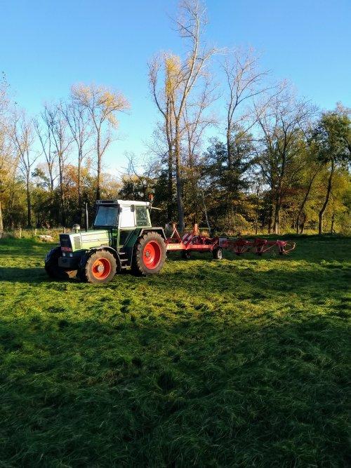 Foto van een Fendt 310 LS(A) bezig met het laatste gras te schudden begin november.. Geplaatst door fendt716,311driver op 22-11-2020 om 17:38:48, met 10 reacties.