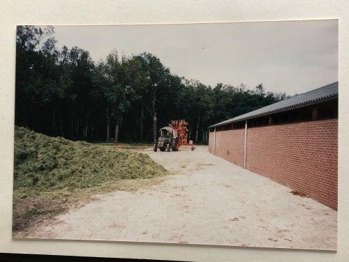 Foto van een Fendt 108 S met niemeyer twin hark. (1988)   In een ver verleden waren wij ook fendt boer