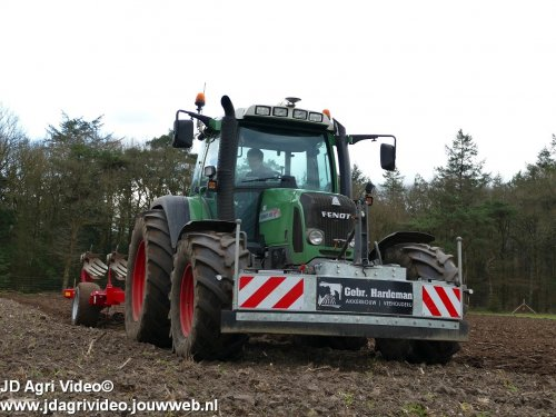 Foto van een Fendt 415, Akkerbouw en Veehouderij  Gebr. Hardeman uit Harskamp aan het ploegen. ZIE OOK DE VIDEO  https://youtu.be/FfPalCCIdYM