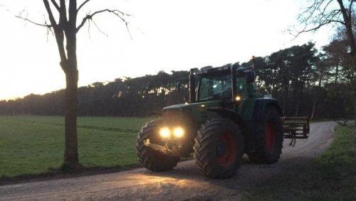 Foto van een Fendt 818  Foto van afgelopen lente, toen s'avonds wat natte hoeken los getrokken.. Geplaatst door fendt farmer309c op 18-01-2021 om 20:14:04, op TractorFan.nl - de nummer 1 tractor foto website.