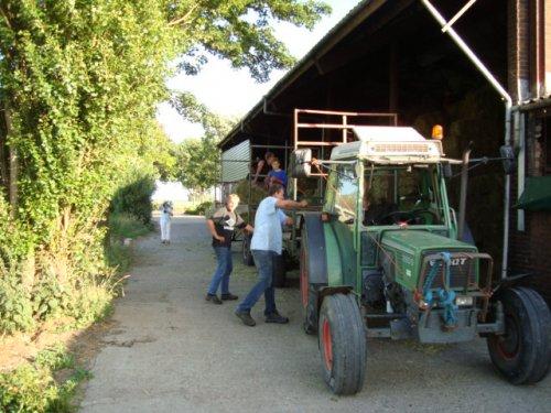Foto van een Fendt 260 S, bezig met balen halen. hier arie met zn dikke fendt heb bedankt he aai. Geplaatst door deutzfancrissie op 29-06-2008 om 16:18:46, op TractorFan.nl - de nummer 1 tractor foto website.