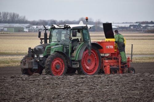 Foto van een Fendt 211 Vario Loonbedrijf CTB bezig met beddenfrezen in Noordwijkerhout. Geplaatst door warmerbros op 19-02-2021 om 22:32:33, op TractorFan.nl - de nummer 1 tractor foto website.