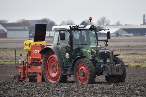 Foto van een Fendt 211 Vario Loonbedrijf CTB bezig met beddenfrezen in Noordwijkerhout. Geplaatst door warmerbros op 19-02-2021 om 22:32:35, op TractorFan.nl - de nummer 1 tractor foto website.