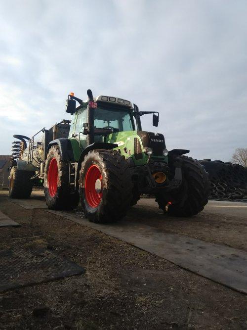 Foto van een Fendt 820 bezig met bemesten voor de 1 e snede 😀. Geplaatst door fendt716,311driver op 28-03-2021 om 12:46:32, op TractorFan.nl - de nummer 1 tractor foto website.