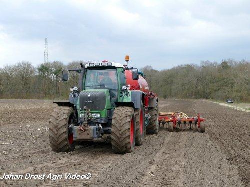Foto van een Fendt 930, loonbedrijf Hans Versteeg uit Uddel aan het bouwland bemesten. ZIE OOK DE VIDEO https://youtu.be/y3RHj604-BU