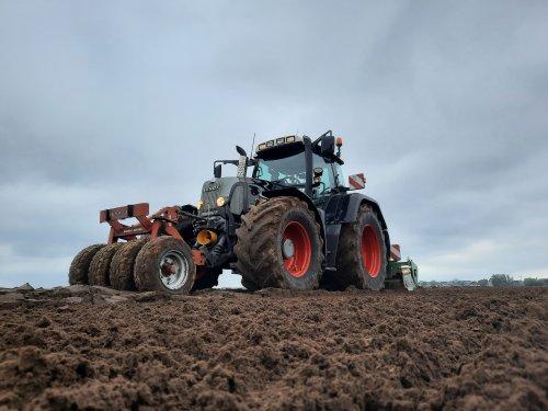 Van de week snede gras eraf gehaald, gister bemest en geploegd, vandaag zaaiklaar maken en de mais erin.