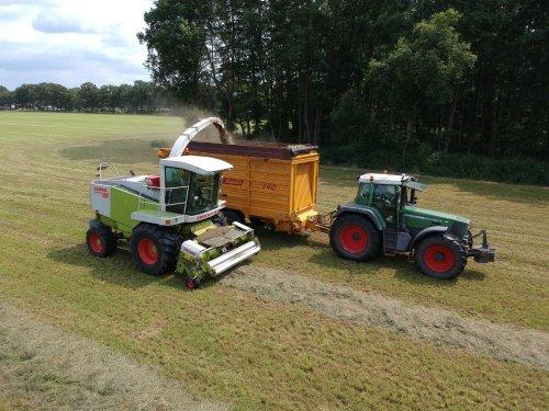 Het gras zit weer in de kuil bij [@fendt926driver]! Claas Jaguar 860 & Fendt 926 + Schuitemaker Rapide