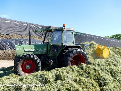 Foto van een Fendt 306 LSA , melkveebedrijf Junte uit Doornspijk aan het gras inkuilen. ZIE OOK DE VIDEO  https://youtu.be/Sevjk-9T5j0