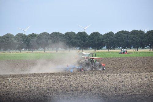 Foto van een Fendt Onbekend bezig met landbewerken in Flevoland. Geplaatst door warmerbros op 23-07-2021 om 22:59:14, op TractorFan.nl - de nummer 1 tractor foto website.