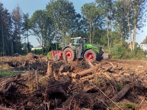 Foto van een Fendt 1050 van De Baere bosontginning, bezig met boomwortels frezen. Geplaatst door Zoete op 16-09-2021 om 21:31:58, met 4 reacties.