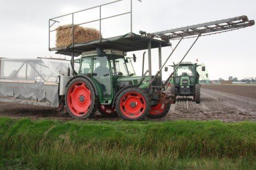 Foto van een Fendt 260 S met plantkar bezig met plantwerkzaamheden in noordwijkerhout.. Geplaatst door warmerbros op 28-09-2010 om 22:12:43, op TractorFan.nl - de nummer 1 tractor foto website.
