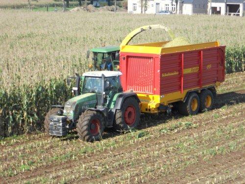 luchtFoto van een Fendt 820 van landbouw, bezig met maïs hakselen.. Geplaatst door de senne op 11-10-2010 om 21:27:17, met 3 reacties.