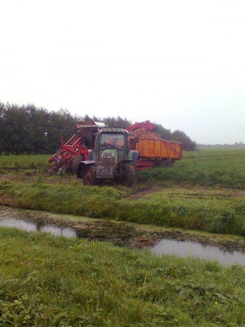 Foto van een Fendt Meerdere, bezig met wortels rooien.. Geplaatst door johndeere6220 op 15-10-2010 om 16:37:24, met 3 reacties.