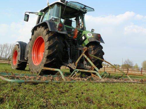 Foto van een Fendt 714, bezig met weideslepen.. Geplaatst door fendt-714 op 26-02-2011 om 20:56:22, op TractorFan.nl - de nummer 1 tractor foto website.