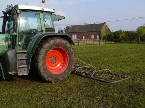Foto van een Fendt 714, bezig met weideslepen.. Geplaatst door fendt-714 op 26-02-2011 om 20:56:50, op TractorFan.nl - de nummer 1 tractor foto website.