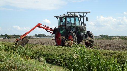 Foto van een Fendt 310 Vario,gekvanfendt bezig met gras maaien.. Geplaatst door sprokkel hout op 08-07-2011 om 19:14:31, met 4 reacties.