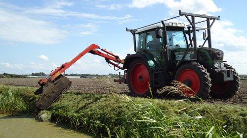Foto van een Fendt 310 Vario,gekvanfendt bezig met gras maaien.. Geplaatst door sprokkel hout op 08-07-2011 om 19:15:11, met 2 reacties.