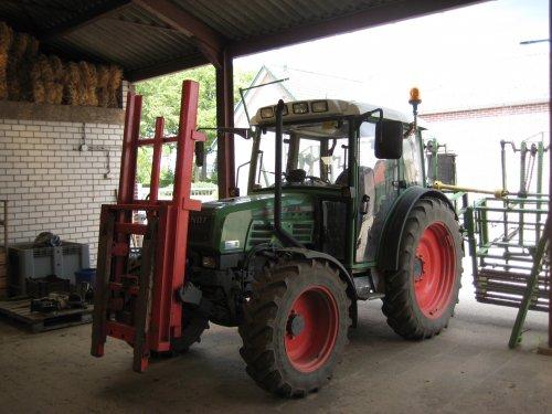 Foto van een Fendt 207 S met fronthefmast en ponsmachine voor prei. Geplaatst door fiatjuh op 08-07-2011 om 21:02:16, op TractorFan.nl - de nummer 1 tractor foto website.