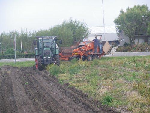Foto van een Fendt 310 Vario, bezig met hyacinten rooien.. Geplaatst door gekvanfendt op 21-07-2011 om 18:03:31, met 5 reacties.