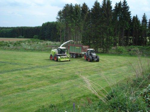 Foto van een Fendt 936, bezig met poseren. Kumm Agrar Service!. Geplaatst door ul op 28-08-2011 om 16:00:01, met 3 reacties.