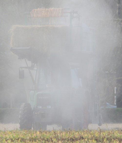 Foto van een Fendt, bezig met dustie zijn :P foto gemaakt door warmerbros .. Geplaatst door sprokkel hout op 28-10-2011 om 21:41:00, met 11 reacties.