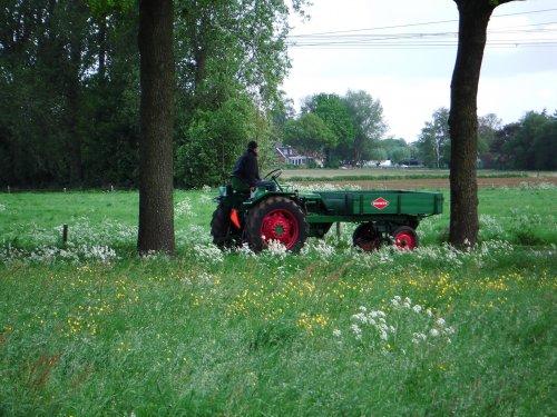 Foto van een Deutz Werktuigendrager, bezig met poseren. Vanochtend kwam er een toertocht met oldtimer tractoren bij ons langs in Vierakker, 12-05-2012.