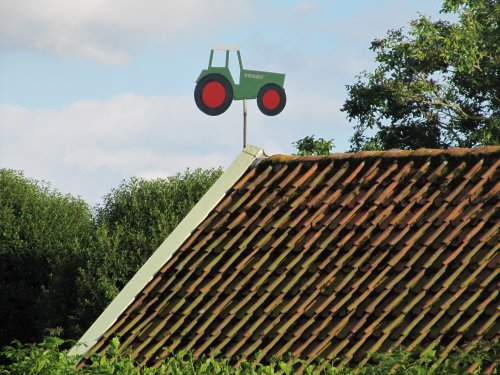Foto van een Fendt Humor. boven op het dak van een huis, vond hem wel grappig :D. Geplaatst door StefanZ op 07-08-2012 om 19:07:48, met 3 reacties.