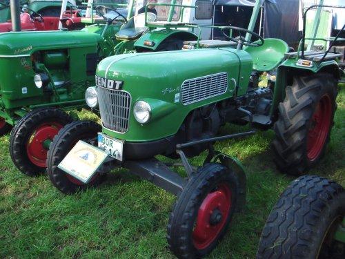 Foto van een Fendt Fix 16, bezig met poseren. Gisteren naar Meddo geweest. Veel mooie tractoren, auto's motoren, brommers en vrachtwagens gezien. Foto's van tractoren kan ik hier plaatsen. Voor de andere foto's kun je kijken op https://picasaweb.google.com/108257396064160884428/SCAOldtimerfestivalMeddo16092012?noredirect=1#