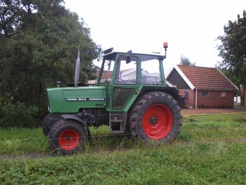 Foto van een Fendt 304 LS, bezig met poseren.. Geplaatst door Wiebe op 12-11-2012 om 21:46:11, op TractorFan.nl - de nummer 1 tractor foto website.